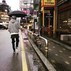 Luhan Instagram update : Raining in Seoul 🌧☔️☕️ Hat of HALYANG is so cool ~ @kang_gary8888  ㅋㅋㅋ