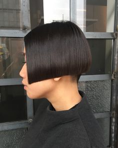 Thinking about giving your medium hair an update? Try a sassy and versatile long bob with bangs. The lob is a great choice for women of all ages because it's classy, timeless and suitable for different types of hair and face shapes. Modern Bob Hairstyles, Bob Hairstyles For Thick, Short Bob Haircuts, Trending Hairstyles, Hairstyles Haircuts, Lob Haircut With Bangs, Long Bob With Bangs, Shaved Bob, Shaved Nape