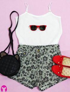 Que tal um look fofo e criativo para os dias mais quentes?  Composto por uma blusa de cetim branca, short floral (cintura alta) em preto e branco e acessórios como, a bolsa de gatinho (combinando com o conjunto); sapatilha e óculos vermelho para contrastar e fechar com um toque moderno. Lindo e leve, para noite e para o dia.