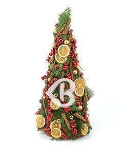 Descoperă magia sezonului de sărbători cu un aranjament măreț compus din crenguțe de brad, globulețe, scorțișoară și felii de portocale, ce vor crea o atmosferă parfumată și impresionantă. Decorează căminul cu un aranjament spectaculos de sărbătoare, creat cu multă iscusință de către florari talentați, iar privirea ta va fi răsfățată ori de câte ori va descoperi noi detalii. Christmas Wreaths, Clock, Holiday Decor, Magick, Watch, Clocks