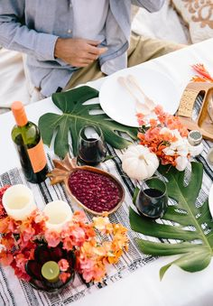 Hawaii-based photographer, educator + blogger Elana Jadallah of ElanaLoo.com shares her tips on how to host a festive feast with a tropical twist. | Tropical Thanksgiving | Hawaii Thanksgiving | Hawaii Holidays | Island Style Holidays | How to host a Beach Thanksgiving via @elanaloo + elanaloo.com