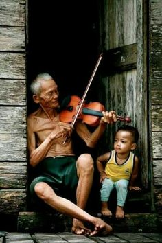 Joy of life Music Grandpa played the violin and the grandson enjoys Photo Zen, Photo D Art, We Are The World, People Around The World, People Photography, Street Photography, Exposition Photo, Kids Laughing, Real Life