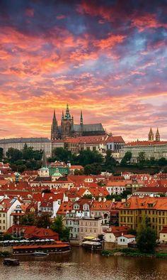 Vista desde el Río Moldava de Malastrana y el castillo de Praga, República Checa