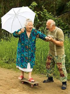 These 16 Elderly Couples Are Proving You Are Never Too Old Have A Good Time 16 of the most adorable elderly couples - oh to grow old and still be full of spunk Elderly Couples, Old Couples, Elderly Games, Funny Old People, Old People Love, Beautiful People, Never Too Old, People Having Fun, Aging Parents