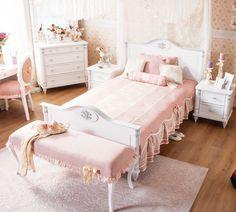 cama de estilo vintage en blanco envejecido