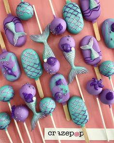 Quick and easy no-bake Oreo cake pops! A delicious and effortless chocolatey treat that is perfect for any party or event. Paletas Chocolate, Chocolate Pops, Chocolate Color, Chocolate Flavors, White Chocolate, Chocolate Cake, Oreo Cake Pops, Mermaid Birthday Cakes, Mermaid Cakes