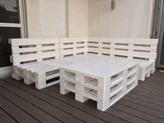 **Sitzgruppe aus Europaletten** Oberflächen werden sorgfältig gehobelt, geschliffen und mit der Wunschfarbe Lackiert. Die Sitzgruppe ist individuell gestaltbar. Tisch besteht aus 3...