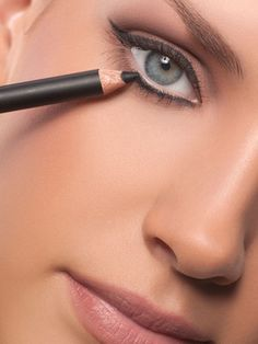 Antiaging Makeup Tips - Makeup To Look Younger: The mistake: Putting liner all around your eyes.
