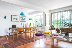 Claudia Manuschevich y Diego Fliman's house Space Furniture, Color Pop, Colour, House Tours, Mid-century Modern, Sweet Home, Dining Room, Mid Century, Kids Rugs