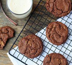 """* przepis z książeczki """"Food lovers. Cookies"""", z moimi zmianami  Składniki na około 50 dużych ciastek:      225g miękkiego niesolonego masła     150g drobnego cukru do wypieków     1 łyżeczka ekstraktu waniliowego     170ml słodzonego mleka skondensowanego     350g mąki pszennej     30g ciemnego kakao     1 łyżeczka proszku do pieczenia     1/2 łyżeczki sody     200g białej czekolady, posiekanej z grubsza  Wykonanie:  Masło utrzyj z cukrem na puch. Dodaj wanilię oraz mleko sk..."""