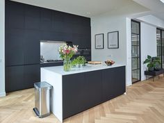 Chic kitchen with matt black Fenix fronts and white Silestone Cal ., Chic kitchen with matt black Fenix fronts and white Silestone Calacatta worktop Calacatta, Modern Kitchen Design, New Kitchen, Home Kitchens, Sweet Home, New Homes, Cabinet, Interior, House