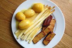 Ofenspargel, Kartoffeln, gebratener Räuchertofu und vegane...