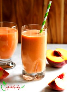 This Peach Carrot Smoothie is dairy-free, delicious and has only 4 ingredients (banana, peach, coconut water and greek yogurt). Carrot Smoothie, Juice Smoothie, Smoothie Drinks, Smoothie Recipes, Yummy Smoothies, Yummy Drinks, Healthy Drinks, Fitness Smoothies, Homemade Smoothies