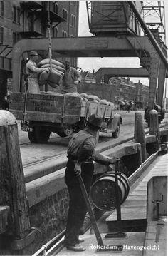 Rijnhaven balen laden.