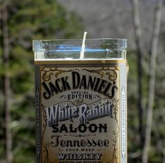 How To Make A DIY Jack Daniels Candle. This is a great gift idea since you can use any type of glass container! Bottle Candles, Bottle Lights, Candle Jars, Bottle Lamps, Recycled Bottle Crafts, Recycled Glass Bottles, How To Make Whiskey, Jack Daniels Bottle, Diy Candles Scented