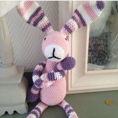 Zelfgehaakt kraamkado/ diy crochet bunny babypresent Patroon van Stip en Haak