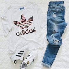 Adidas Outfit w/ shirt and Superstar sneakers Teen Fashion Outfits, Mode Outfits, Outfits For Teens, Trendy Outfits, Fall Outfits, Summer Outfits, Ootd Fashion, Style Fashion, Adidas Shoes Outfit