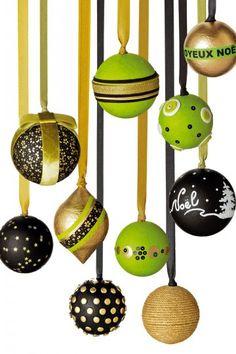 Des boules de Noël en polystyrène recouvertes de papier de soie et décorées de motifs traditionnels en peinture