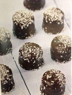 Ja, det stemmer. Dette er sunne kokosboller som både er sukkerfrie og proteinrike – og veldig, veldig gode! Oppskriften er hentet fra bestselgeren Sunn og sterk med protein, som inneholder over 60 oppskrifter på proteinrike middager, desserter og... Good Healthy Recipes, Healthy Snacks, Cake Receipe, Sweets Cake, Sugar Free Recipes, Low Carb Keto, Good Food, Food And Drink, Chocolate