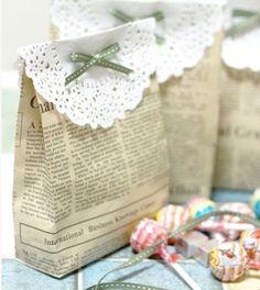 Geniale DIY Give-Aways für die Hochzeit. Kleine Geschenktüten aus alten Zeitungen als Gastgeschenke. Zum Beispiel gefüllt mir Süßigkeiten! http://www.gofeminin.de/hochzeitsplanung/hochzeitsplanung-was-nervt-s1514754.html