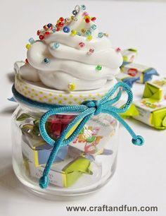 Un'idea davvero carina per una bomboniera da battesimo o da comunione. Un goloso cupcake anche da realizzare semplicemente come portatutto per la cucina o per la camera del cuc...
