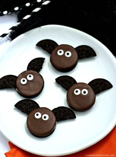 Bat Oreos Bat Oreos are made with Double Stuf Oreos melted chocolate and candy eyes. This recipe is simple and fun for kids to make and enjoy! The post Bat Oreos appeared first on Halloween Desserts. Halloween Fingerfood, Comida De Halloween Ideas, Dulces Halloween, Halloween Cookie Recipes, Halloween Treats For Kids, Halloween Party Snacks, Halloween Baking, Halloween Desserts, Halloween Cookies