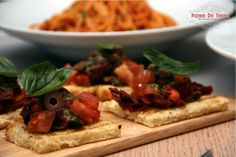 Bruschetta - Λιαστή & φρέσκια ντομάτα, ελιές, βασιλικό & φρεσκοτριμμένο πιπέρι