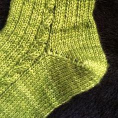 talon de chaussette en rangs raccourcis Knitting Videos, Knitting Stitches, Knitting Socks, Baby Knitting, Knitting Patterns, Diy Baby Socks, Diy Crafts Knitting, Knitting Accessories, Knit Or Crochet