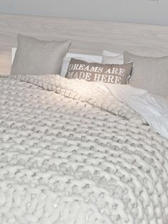 If i ever learn to knit, the first thing I'm gonna make  is one of these chunky blankets.