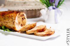 Galantyna z kurczaka to świetna alternatywa dla pasztetów – można w pyszny sposób pozbyć sięresztek mięs, wygląda imponująco na świątecznym stole i jest obłędna w smaku. Zrobienie jej zajmuje troc… Turkey, Meat, Food, Turkey Country, Essen, Yemek, Meals