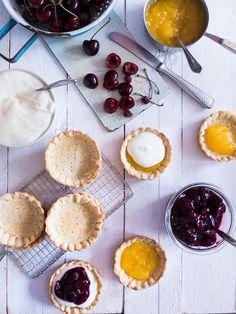 Stellt Euch süße, leicht eingekochte Kirschen auf fruchtigem Lemon Curd und knackigem Mürbeteig vor.   Na, wie wäre es mit einem solchen T...