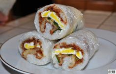 The Taiwanese breakfast rice-roll is part-tamale and part-sushi roll. Taiwanese Breakfast, Chinese Breakfast, Budget Freezer Meals, Frugal Meals, Easy Meals, Rice Rolls, Onigirazu, Taiwanese Cuisine, Taiwanese Recipe