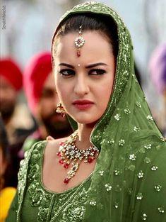 Indian Actress Images, Actress Photos, Indian Actresses, Beautiful Bollywood Actress, Beautiful Indian Actress, Beautiful Gorgeous, Most Beautiful Women, Sonakshi Sinha Saree, Kajal Agarwal Saree