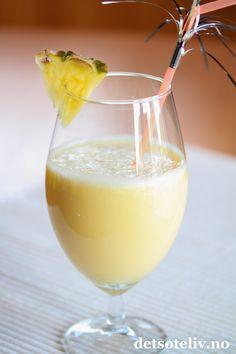 Drøm deg bort til en paradisøy med denne tropiske smoothien! Piña colada er jo en kjent drink som smaker ananas, kokos og rom. En lekker, alkoholfri Piña colada-smoothie lager du med ananas, kokosmelk, ananasjuice og isbiter. (Tilsett eventuelt en skvett rom hvis du ikke nødvendigvis må ha smoothien alkoholfri.. )