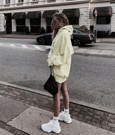 Chunky Sneakers Trend - Papas Turnschuhe - { fave outfits - outfit - looks } - Man Sport Crop Top Outfits, Mode Outfits, Trendy Outfits, Fashion Outfits, Womens Fashion, Fashion Trends, Robes Glamour, Mode Ootd, Look Cool