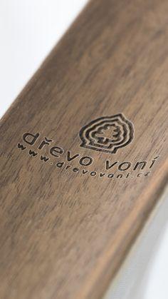 Dřevěná lžíce na boty, vyrobená z dřeviny Americký ořech, s koženým poutkem k zavěšení. Lžíce na boty je dlouhá 60cm, široká 5 – 10 cm (rukojeť – pata) tenká 3,5 mm a váží 100 g. Vyrobeno z patentovaného materiálu Complig. Záruka 3 roky.