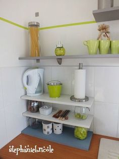 Simple ! Les étagères reposent juste sur les bocaux (voir les idées dans les commentaires de l'articles)