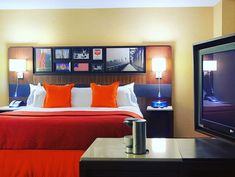 Each of our rooms and suites includes sophisticated décor and deluxe amenities such as free WiFi a mini-refrigerator/cooler and a large flat screen television. For extra space and convenience we also offer four distinct suite options.  #Philly #Hotel #Travel #Suites #Philadelphia #Warwick