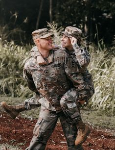 Awesome Military Couple Dual military coupleYou can find Military couples and more on our website. Military Couple Pictures, Teen Couple Pictures, Military Couples, Military Love, Military Photos, Military Soldier, Military Families, Military Family Photography, Couple Photography Poses