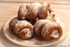 Карточчи по-сицилийски - это трубочки из теста с начинкой из сладкой рикотты. На Сицилии карточчи пользуются бешеной популярностью как в виде завтрака (с чашечкой кофе), так и в виде десерта, который подается в конце ужина.