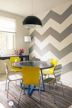 Veja qual é o perfeito papel de parede para a sua sala de jantar. Sala de jantar fica excelente com papel de parede com pattern e cadeiras amarelas. Decoração mesa de jantar em casa.