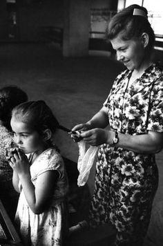 Elas documentavam a maternidade ao redor do mundo de forma maravilhosa. | Um fotógrafo encontrou estas fotos perdidas de mães e filhos 50 anos depois de tê-las tirado