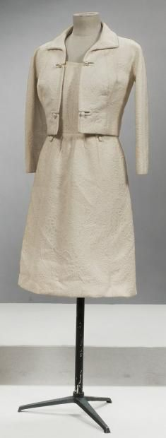 Pierre Balmain, couture, No. 132413, circa 1965/1968  Whole afternoon in paperback embossed pattern composed of a warbling ivory dress boat necklines, sleeveless, cotton cinched waist, slightly flared skirt gathered on the front panel size and a jacket small collar, facings, long raglan sleeves