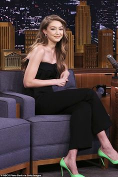 Gigi Hadid and Jimmy Fallon eat hamburgers during Tonight Show AGAIN - - She has been flitting from event to event during New York Fashion Week. But Gigi Hadid managed to carve out a bit of time Tuesday for The Tonight Show Starring Jimmy Fallon. Gigi Hadid Looks, Style Gigi Hadid, Gigi Hadid Walk, Gigi Hadid And Zayn, Gigi Hadid Outfits, Gigi Hadid Fashion, New York Fashion, Look Fashion, Fashion Tips