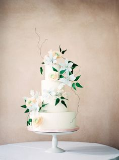 Oh so pretty floral wedding cake // Photography ~ Eden Willow Photography