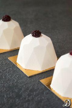 Diamantes de Mascarpone con Interior de Frutos Rojos y Toffee Gelificado de Cardamomo