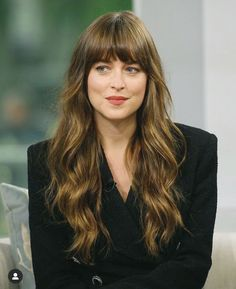 Dakota Johnson Opens Up About Her Mental Health In Quarantine Long Hair With Bangs, Haircuts With Bangs, Long Hair Cuts, Long Hair Styles, Long Hair Fringe, Short Layered Haircuts, Fringe Hairstyles, Cool Hairstyles, Bangs Hairstyle