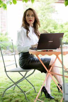 Mein ASUS Moment - Fashionblogger mit ASUS Laptop und Lederrock, Bluse und Pumps im Garten - Business-Lady-Styling, Kaffee, Notizbuch