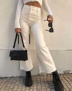 White outfit with black accessories Black Women Fashion, Look Fashion, 90s Fashion, Unique Fashion, Winter Fashion, Fashion Outfits, Womens Fashion, Fashion Trends, Fashion Vintage