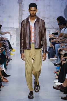 The complete Marni Spring 2018 Menswear fashion show now on Vogue Runway.